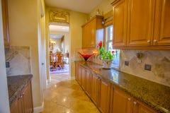 Περιοχή κουζινών που συνδέεται με το οψοφυλάκιο στο σπίτι Καλιφόρνιας Στοκ Εικόνες