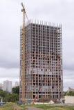 Περιοχή οικοδομής και υψηλό κτήριο γερανών ανόδου στοκ εικόνες με δικαίωμα ελεύθερης χρήσης