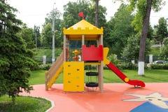 Περιοχή παιδικών χαρών παιδιών στο πάρκο πόλεων Στοκ Φωτογραφίες