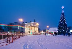 Περιοχή της πόλης με τις διακοσμήσεις Χριστουγέννων και ένα χριστουγεννιάτικο δέντρο Στοκ εικόνες με δικαίωμα ελεύθερης χρήσης