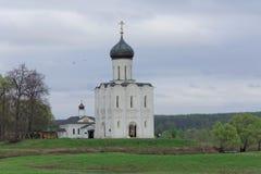 Περιοχή του Βλαντιμίρ, της Ρωσίας - 6 Μαΐου 2018 μεσολάβηση εκκλησιών nerl στοκ εικόνα με δικαίωμα ελεύθερης χρήσης