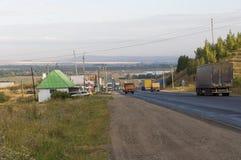 Περιοχή του Σβέρντλοβσκ, Ural, Ρωσία 1 Σεπτεμβρίου 2017 Δρόμος ασφάλτου με τα αυτοκίνητα σε το που πηγαίνει στα βουνά και τα πράσ Στοκ φωτογραφίες με δικαίωμα ελεύθερης χρήσης