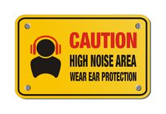 Περιοχή υψηλού θορύβου προσοχής, προστασία αυτιών ένδυσης - κίτρινο σημάδι Στοκ εικόνες με δικαίωμα ελεύθερης χρήσης