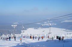 Περιοχή χειμερινού αθλητισμού στα βουνά μεταλλεύματος Στοκ Εικόνες