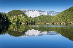 Περιοχή Achstà ¼ προστασίας Andscape rze Η λίμνη Piburger βλέπει και όρη στο υπόβαθρο Παλαιότερες κονσέρβες φύσης του Tirol Όρη O Στοκ φωτογραφία με δικαίωμα ελεύθερης χρήσης