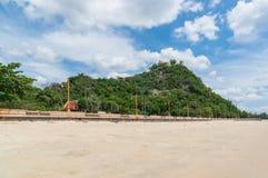 Περιοχή AO Prachuap και υπόβαθρο Khao Chong Krachok, επαρχία Prachuap Khiri Khan στη νότια Ταϊλάνδη Στοκ φωτογραφία με δικαίωμα ελεύθερης χρήσης