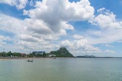 Περιοχή AO Prachuap και υπόβαθρο Khao Chong Krachok, επαρχία Prachuap Khiri Khan στη νότια Ταϊλάνδη Στοκ εικόνες με δικαίωμα ελεύθερης χρήσης