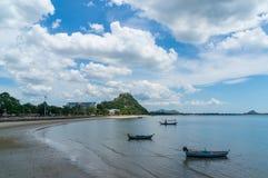 Περιοχή AO Prachuap και υπόβαθρο Khao Chong Krachok, επαρχία Prachuap Khiri Khan στη νότια Ταϊλάνδη Στοκ Εικόνες