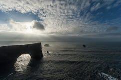 Περιοχή Dyrholaey στην Ισλανδία Κοντά στη μαύρη παραλία άμμου Ανατολή νεφελώδης ουρανός Στοκ φωτογραφία με δικαίωμα ελεύθερης χρήσης