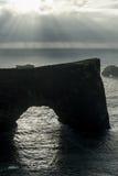 Περιοχή Dyrholaey στην Ισλανδία Κοντά στη μαύρη παραλία άμμου Ανατολή νεφελώδης ουρανός Στοκ Εικόνες