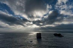 Περιοχή Dyrholaey στην Ισλανδία Κοντά στη μαύρη παραλία άμμου Ανατολή Φως του ήλιου νεφελώδης ουρανός Στοκ φωτογραφία με δικαίωμα ελεύθερης χρήσης