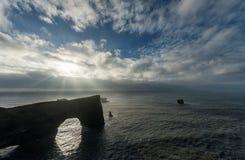 Περιοχή Dyrholaey στην Ισλανδία Κοντά στη μαύρη παραλία άμμου Ανατολή Φως του ήλιου Βράχοι στο νερό Στοκ εικόνες με δικαίωμα ελεύθερης χρήσης