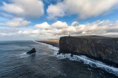 Περιοχή Dyrholaey στην Ισλανδία Κοντά στη μαύρη παραλία άμμου Ανατολή Φάρος στο υπόβαθρο Στοκ Φωτογραφίες