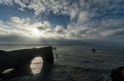 Περιοχή Dyrholaey στην Ισλανδία Κοντά στη μαύρη παραλία άμμου Ανατολή Βράχοι στο νερό Στοκ Εικόνες