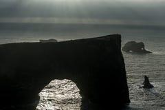 Περιοχή Dyrholaey στην Ισλανδία Κοντά στη μαύρη παραλία άμμου Ανατολή Βράχοι στο υπόβαθρο Στοκ φωτογραφία με δικαίωμα ελεύθερης χρήσης