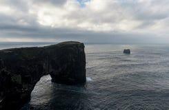 Περιοχή Dyrholaey στην Ισλανδία Κοντά στη μαύρη παραλία άμμου Ανατολή Βράχοι στο υπόβαθρο Στοκ Εικόνες