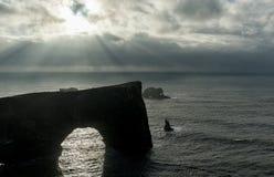 Περιοχή Dyrholaey στην Ισλανδία Κοντά στη μαύρη παραλία άμμου Ανατολή Ευρεία γωνία Φως του ήλιου Βράχοι στο υπόβαθρο Στοκ φωτογραφίες με δικαίωμα ελεύθερης χρήσης