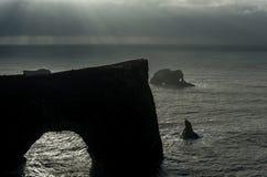 Περιοχή Dyrholaey στην Ισλανδία Κοντά στη μαύρη παραλία άμμου Ανατολή Βράχοι στο υπόβαθρο νεφελώδης ουρανός Στοκ φωτογραφία με δικαίωμα ελεύθερης χρήσης