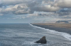 Περιοχή Dyrholaey στην Ισλανδία Κοντά στη μαύρη παραλία άμμου Ανατολή Στοκ φωτογραφία με δικαίωμα ελεύθερης χρήσης