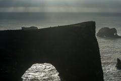 Περιοχή Dyrholaey στην Ισλανδία Κοντά στη μαύρη παραλία άμμου Ανατολή Βράχοι στο υπόβαθρο Στοκ Φωτογραφίες