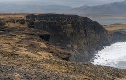 Περιοχή Dyrholaey στην Ισλανδία Κοντά στη μαύρη παραλία άμμου Βράχοι Στοκ φωτογραφία με δικαίωμα ελεύθερης χρήσης