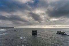 Περιοχή Dyrholaey στην Ισλανδία Κοντά στη μαύρη παραλία άμμου νεφελώδης ουρανός Στοκ εικόνα με δικαίωμα ελεύθερης χρήσης