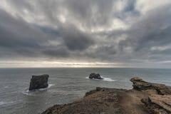 Περιοχή Dyrholaey στην Ισλανδία Κοντά στη μαύρη παραλία άμμου νεφελώδης ουρανός Στοκ Εικόνες