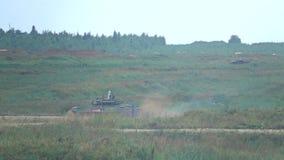 ΠΕΡΙΟΧΗ ΤΗΣ ΜΟΣΧΑΣ, ΤΗΣ ΡΩΣΙΑΣ - 25 ΑΥΓΟΎΣΤΟΥ 2017 Σε αργή κίνηση πυροβολισμός της κίνησης της ρωσικής δεξαμενής στρατού απόθεμα βίντεο