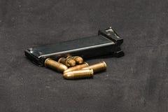 Περιοδικό και σφαίρες στο πυροβόλο όπλο Στοκ φωτογραφία με δικαίωμα ελεύθερης χρήσης