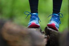 Περιπέτεια, αθλητισμός και λεπτομέρεια άσκησης αθλητισμός παπουτσιών Στοκ Φωτογραφία