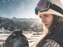Περιπέτεια στο χειμερινό αθλητισμό Κορίτσι Snowboarder στις Άλπεις Στοκ Εικόνες