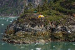 Περιπέτεια στρατοπέδευσης στο βράχο στο φιορδ στην Αλάσκα. Στοκ Εικόνες