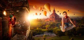 Περιπέτειες των νέων που κλέβουν τα μπαλόνια σε έναν μαγικό τάπητα ρ στοκ εικόνα