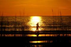 περιπατητές ηλιοβασιλέμ&al Στοκ Φωτογραφία