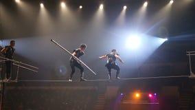 Περιπατητές σχοινιών σχοινοβασίας στο τσίρκο απόθεμα βίντεο