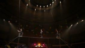 Περιπατητές σχοινιών σχοινοβασίας στο τσίρκο φιλμ μικρού μήκους