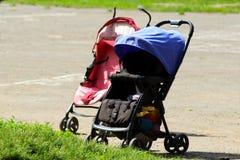 Περιπατητής μωρών σε έναν περίπατο στη θερινή ημέρα πάρκων Στοκ Εικόνα
