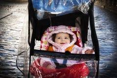 Περιπατητής μωρών σε μια βροχερή ημέρα Στοκ εικόνες με δικαίωμα ελεύθερης χρήσης