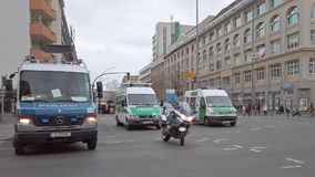 Περιπολικά της Αστυνομίας και μια μοτοσικλέτα που δημιουργεί ένα οδόφραγμα στο Βερολίνο, Γερμανία απόθεμα βίντεο