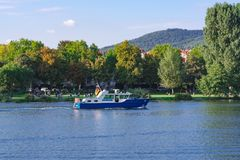 Περιπολικό σκάφος αστυνομίας με μια γερμανική σημαία στο Neckar ποταμό Χαϋδελβέργη, Γερμανία - 3 Σεπτεμβρίου 2017 Στοκ Εικόνες