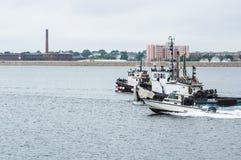 Περιπολικό σκάφος και δύο ρυμουλκά Στοκ φωτογραφίες με δικαίωμα ελεύθερης χρήσης