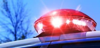 Περιπολικό της Αστυνομίας με την εστίαση στο κόκκινο φως σειρήνων Ζωηρόχρωμη κόκκινη σειρήνα επάνω στοκ εικόνες