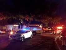 Περιπολικό της Αστυνομίας Αστυνομίας της Χονολουλού και λάμψη φω'των πυροσβεστικών οχημάτων στην πανεπιστημιούπολη κολλεγίου τη ν στοκ εικόνες