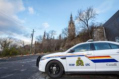 Περιπολικό της Αστυνομίας RCMP GRC που στέκεται μπροστά από το καναδικό κ στοκ φωτογραφία με δικαίωμα ελεύθερης χρήσης