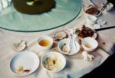 Περισσεύματα, εναπομείναντας τρόφιμα στα βρώμικα πιάτα Στοκ φωτογραφία με δικαίωμα ελεύθερης χρήσης