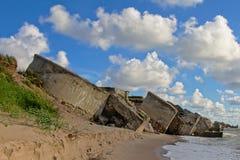 Περισσεύματα του βομβαρδισμένου sovjet φρουρίου στην ακτή Liepaja στοκ εικόνα