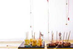 Περισσεύματα τροφίμων κόμματος Λουκάνικα τυριών και ανανά και κοκτέιλ Στοκ εικόνες με δικαίωμα ελεύθερης χρήσης