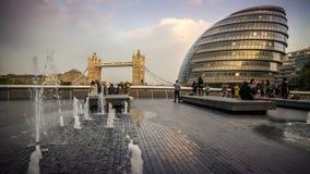 Περισσότερο Λονδίνο, Δημαρχείο και γέφυρα πύργων Στοκ φωτογραφία με δικαίωμα ελεύθερης χρήσης