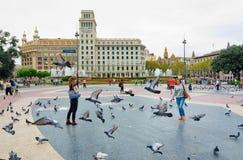 Περιστέρια και τουρίστες στην Καταλωνία Plaza, Βαρκελώνη Στοκ εικόνα με δικαίωμα ελεύθερης χρήσης