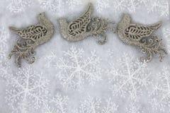 Περιστέρια και Snowflakes Χριστουγέννων που χαιρετούν το υπόβαθρο Στοκ εικόνες με δικαίωμα ελεύθερης χρήσης